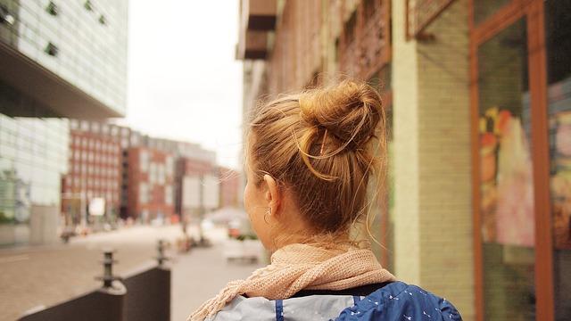 女性が街中を歩いてる