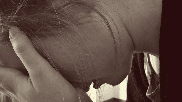 騒音の悩みで頭を抱える女性